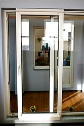 Раздвижные двери между комнатой и балконом.