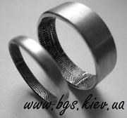 Обручальные кольца с отпечатками пальцев.