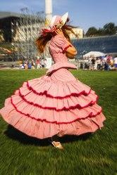 Девушки в старинных платьях продают конфеты (платья предоставляем)