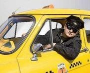 Водитель со своим авто на работу в такси Лимузин