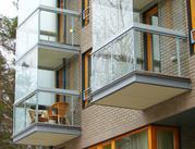 Остекления балконов с использованием алюминиевых и пластиковых окон.