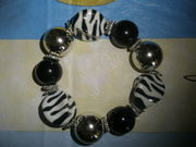 Продам новый, женский, красивый  браслет из крупных чёрно-белых бусин.