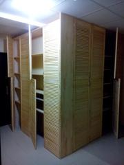 Угловой шкаф из жалюзийных дверей