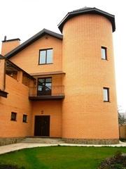 Гарний,  великий,  затишний будинок з площею 850 м2.